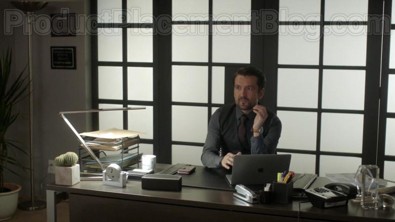 Actor Using Apple MacBook Laptop in Vida S03E06 Episode 22 2020 TV Series (2)