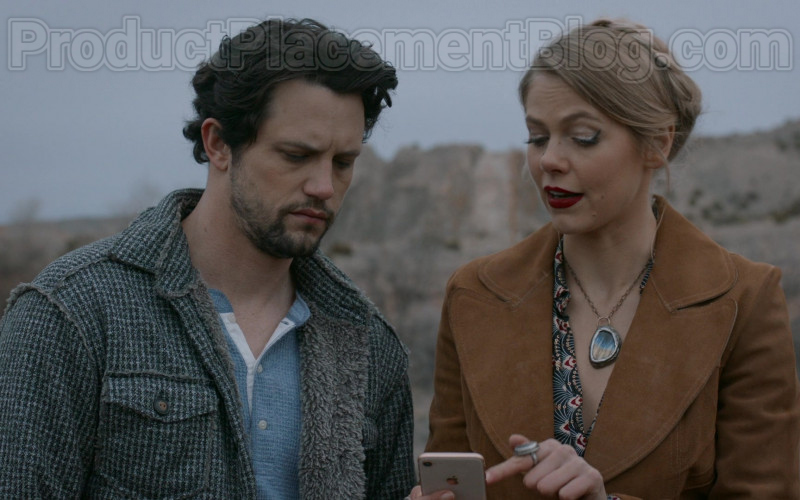Actress Lily Cowles as Isobel Evans Using Apple iPhone Smartphone in Roswell, New Mexico S02E10 TV Show