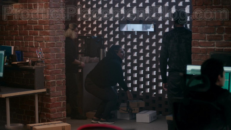 """Amazon and Zappos Boxes in Upload S01E02 """"Five Stars"""" (2020)"""