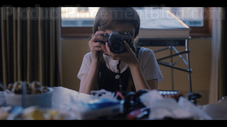 Anna Kendrick as Darby Using Canon Photography Camera in Love Life S01E02 TV Show (1)