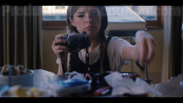 Anna Kendrick as Darby Using Canon Photography Camera in Love Life S01E02 TV Show (2)