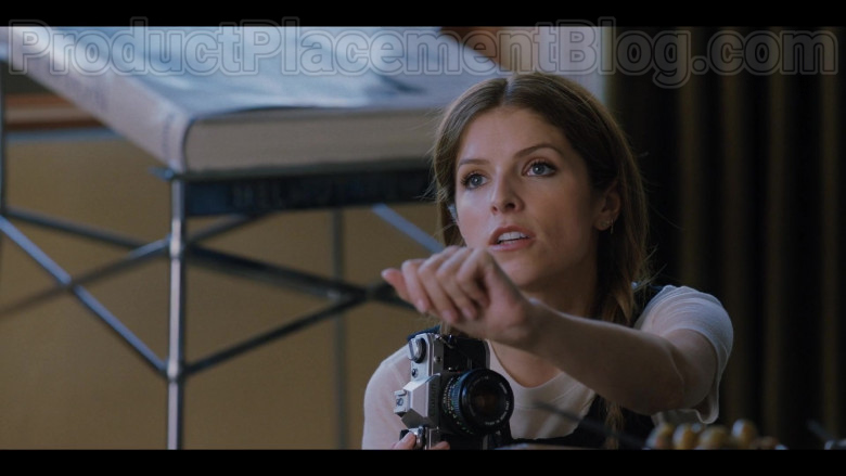 Anna Kendrick as Darby Using Canon Photography Camera in Love Life S01E02 TV Show (3)