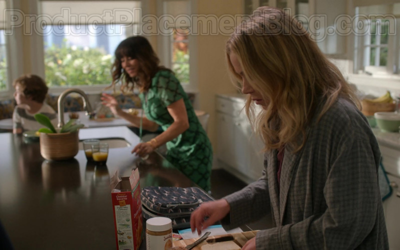 Annie's Organic Cheddar Squares in Dead to Me S02E01 You Know What You Did (2020)