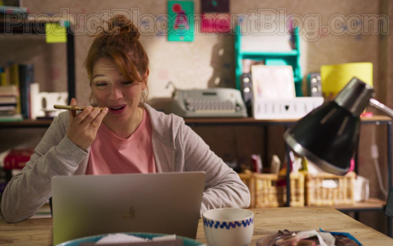 Apple MacBook Air Laptop Used by Diana Gómez in Valeria S01E08 Ellipsis (2020)