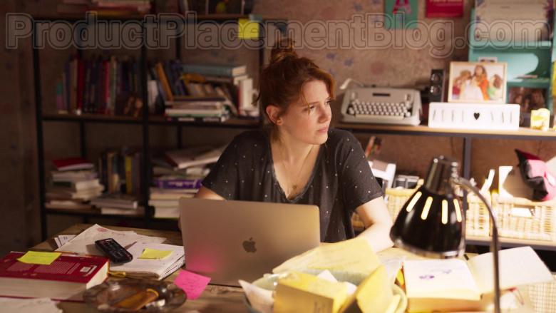 Apple MacBook Air Laptop of Diana Gómez in Valeria S01E01 (1)
