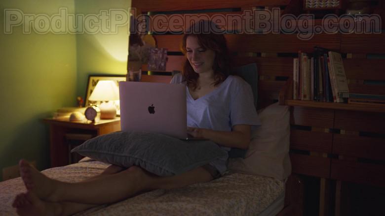 Apple MacBook Laptop Used by Diana Gómez in Valeria S01E05 Mr Champi (2020)