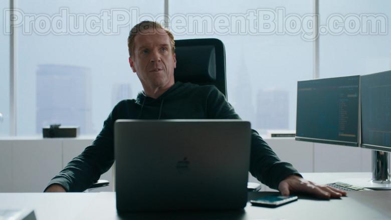Apple MacBook Laptop of Damian Lewis as Robert 'Bobby' Axelrod in Billions S05E01 (3)