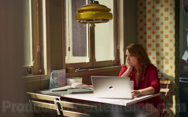 Apple MacBook Laptop of Diana Gómez in Valeria S01E07 The Package (1)