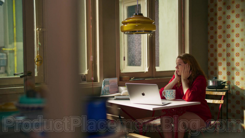 Apple MacBook Laptop of Diana Gómez in Valeria S01E07 The Package (2)