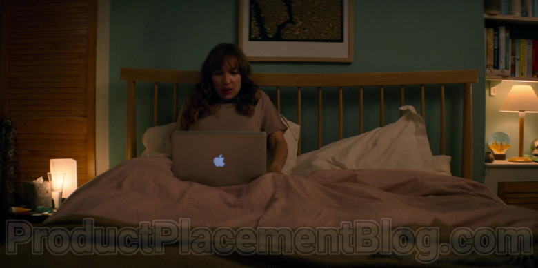 Apple MacBook Laptop of Esther Smith as Nikki in Trying S01E01 Nikki and Jason (2020)