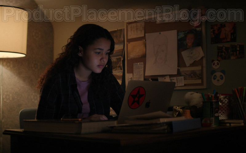 Apple MacBook Laptop of Jordan Alexa Davis as Sarah Grohl in Defending Jacob S01E07