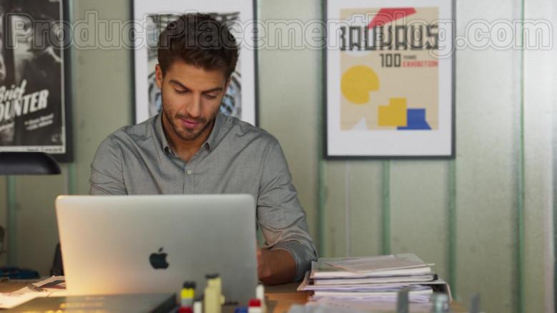 Apple MacBook Laptop of Maxi Iglesias as Víctor in Valeria S01E02 Signs (2020)