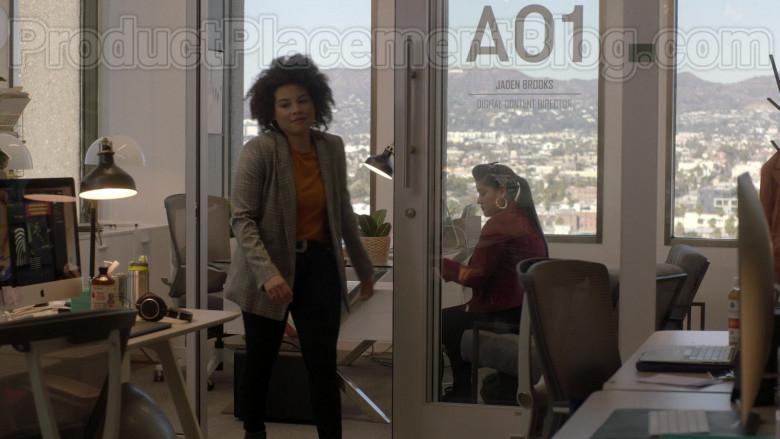 Apple iMac Computers in Vida S03E06 TV Show (1)