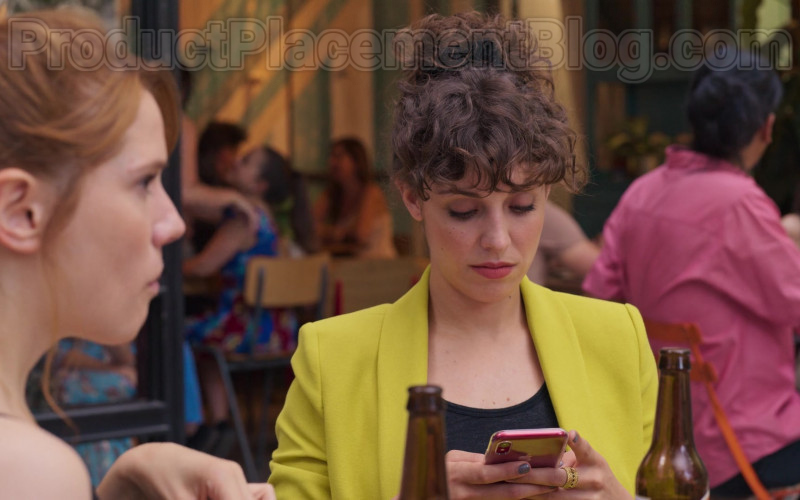 Apple iPhone Smartphone of Silma López as Lola in Valeria S01E02 (1)