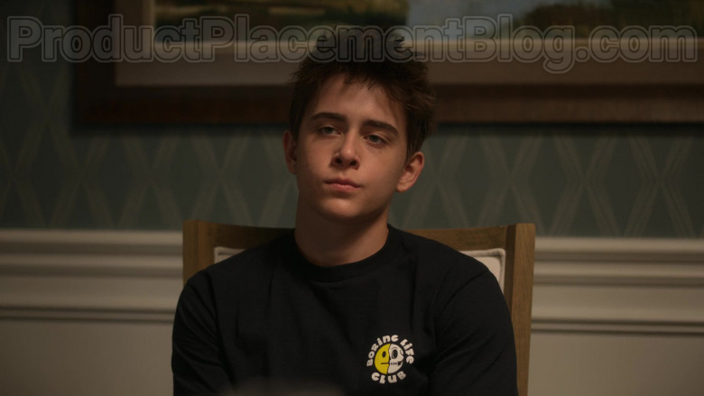 Boring Life Club T-Shirt of Sam McCarthy as Charlie Harding in Dead to Me S02E01 You Know What You Did 2020 (2)