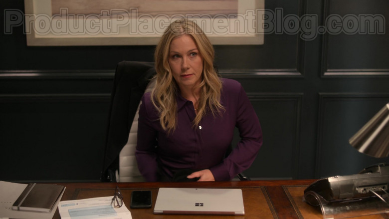 Christina Applegate as Jen Harding Using Surface Tablet by Microsoft in Dead to Me TV Show [2020] (2)