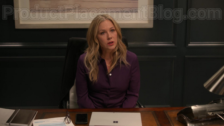 Christina Applegate as Jen Harding Using Surface Tablet by Microsoft in Dead to Me TV Show [2020] (3)