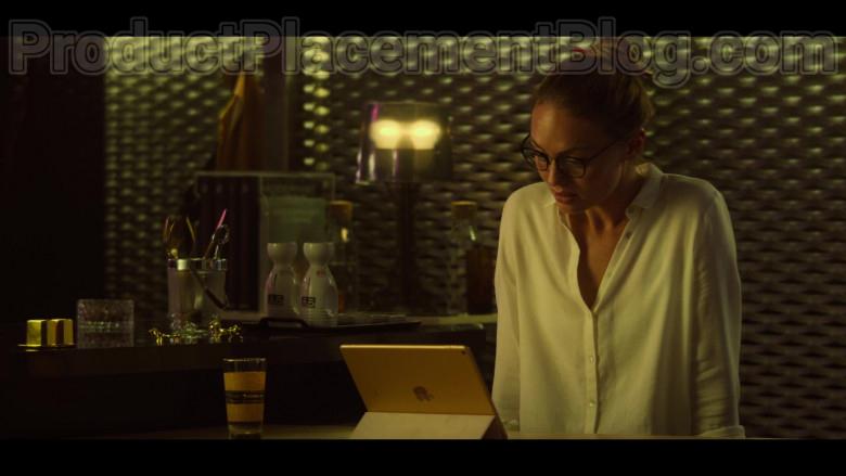 Laura Haddock as Zoe Walker Using Apple iPad Tablet in White Lines S01E04 TV Series by Netflix (1)