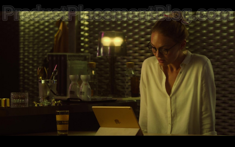 Laura Haddock as Zoe Walker Using Apple iPad Tablet in White Lines S01E04 TV Series by Netflix (1)