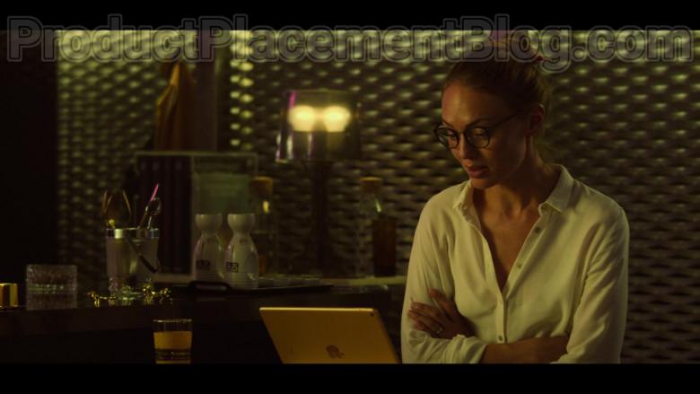 Laura Haddock as Zoe Walker Using Apple iPad Tablet in White Lines S01E04 TV Series by Netflix (2)