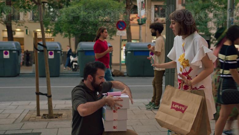 Levi's Paper Bags Held by Paula Malia as Carmen in Valeria S01E07 (1)