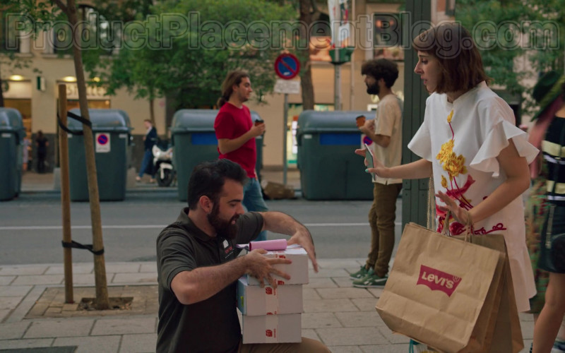 Levi's Paper Bags Held by Paula Malia as Carmen in Valeria S01E07 (1)