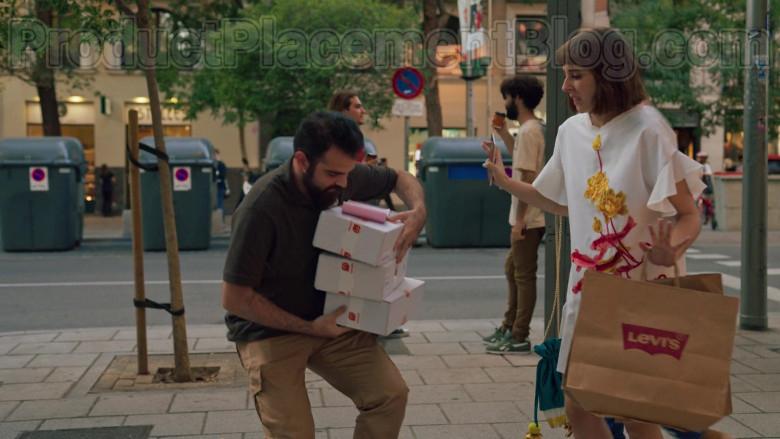 Levi's Paper Bags Held by Paula Malia as Carmen in Valeria S01E07 (2)