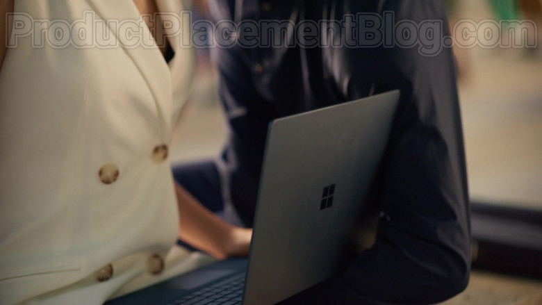 Microsoft Surface Laptop of Silma López as Lola in Valeria S01E02 (2)