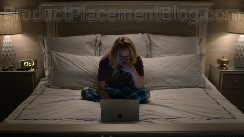 Microsoft Surface Tablet Used by Christina Applegate as Jen Harding in Dead to Me S02E01 You Know What You Did (2020)