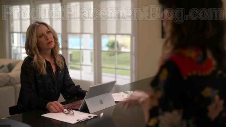 Microsoft Surface Tablet Used by Christina Applegate as Jen Harding in Dead to Me S02E07 If Only You Knew (1)