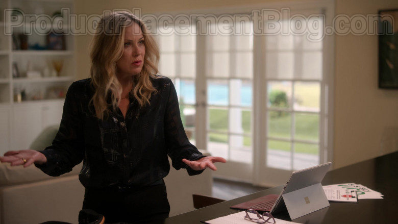 Microsoft Surface Tablet Used by Christina Applegate as Jen Harding in Dead to Me S02E07 If Only You Knew (2)