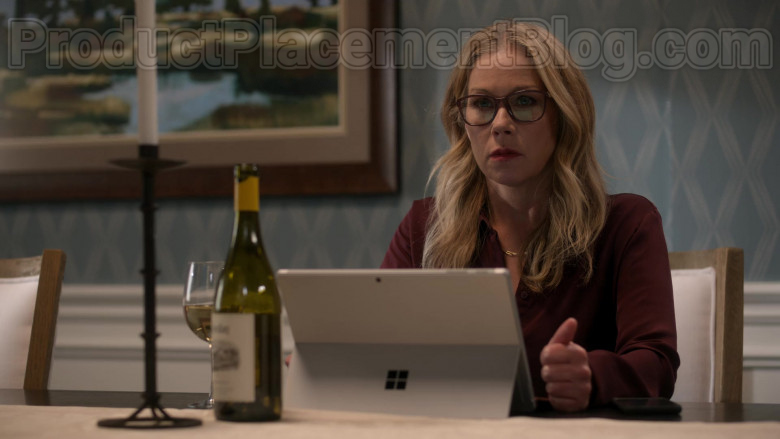 Microsoft Surface Tablet Used by Christina Applegate in Dead to Me S02E03 (3)