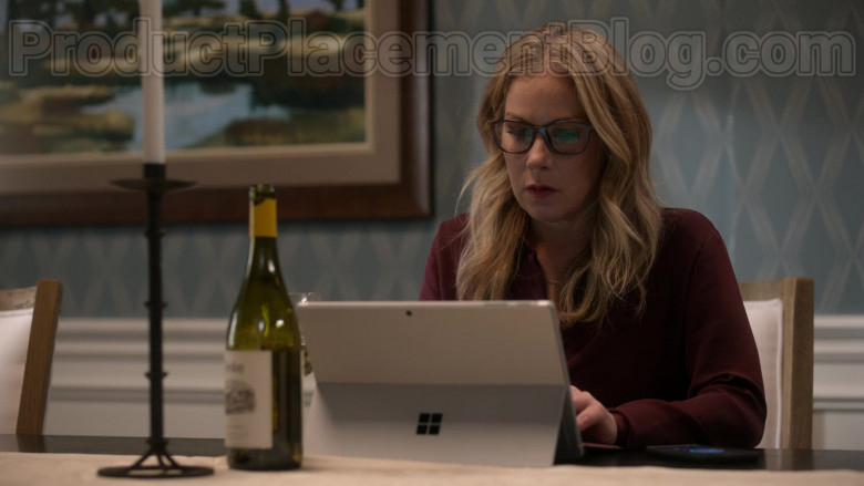Microsoft Surface Tablet Used by Christina Applegate in Dead to Me S02E03 (4)