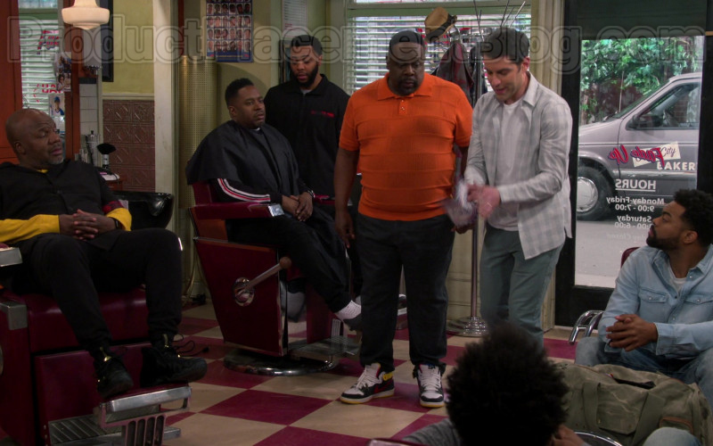 Nike Sneakers of Cedric the Entertainer in The Neighborhood S02E22 Welcome to the Campaign (2020)