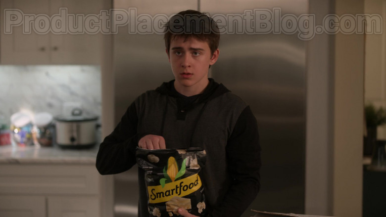 Smartfood White Cheddar Flavored Popcorn Enjoyed by Sam McCarthy as Charlie Harding in Dead to Me S02E07 (2)