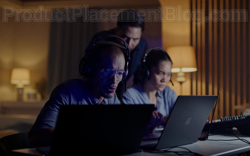 TV Series Cast Members Using Surface Laptops by Microsoft in Almost Paradise S01E09 TV Show (1)