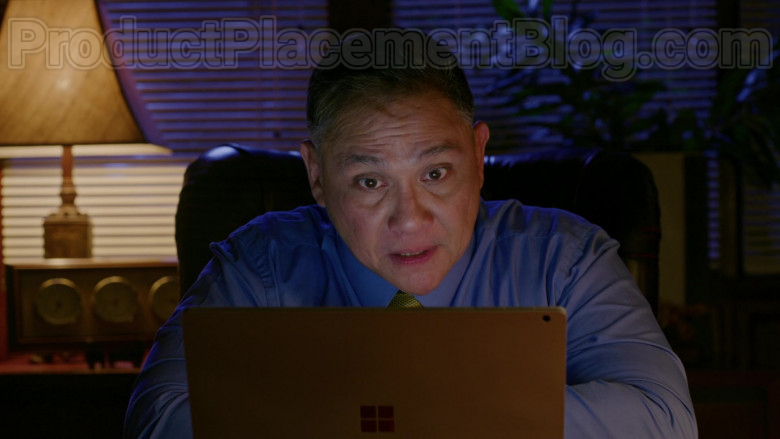 TV Series Cast Members Using Surface Laptops by Microsoft in Almost Paradise S01E09 TV Show (4)