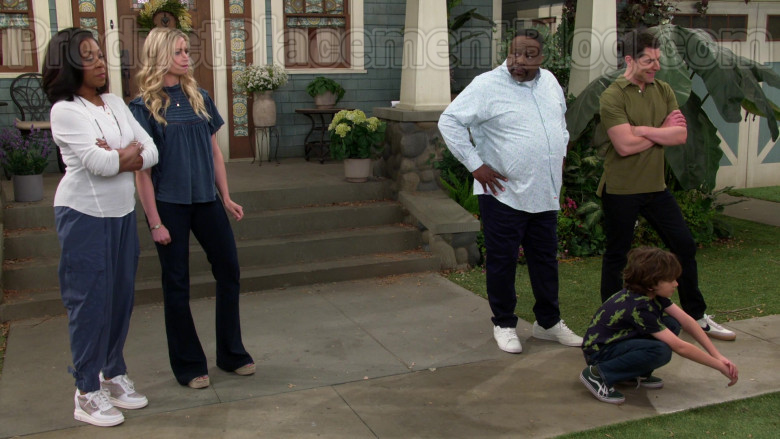 Vans Green Shoes of Hank Greenspan as Grover Johnson in The Neighborhood S02E21 Welcome to the Speed Bump (2020)