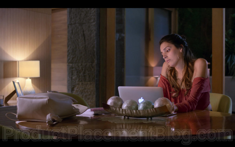 Zión Moreno as Isabela Using Apple MacBook Laptop in Control Z S01E01 TV Show by Netflix (1)