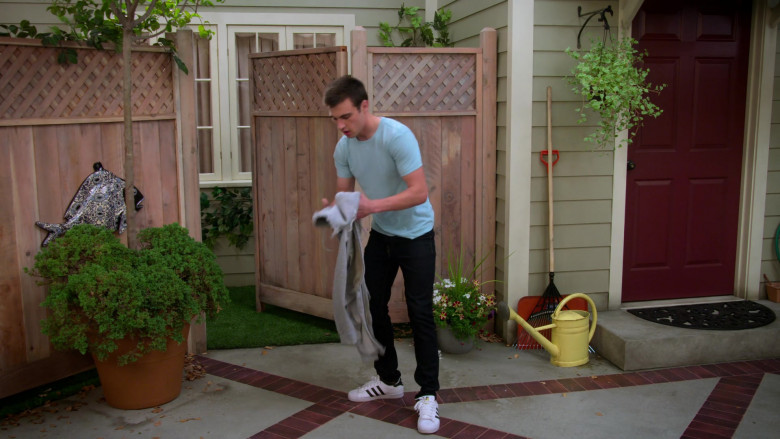Actor Wears Adidas Men's Shoes in Alexa & Katie S04E06 The Smoke Show (1)