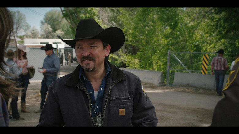Actor Wears Carhartt Jacket Outfit in Yellowstone S03E02 (1)