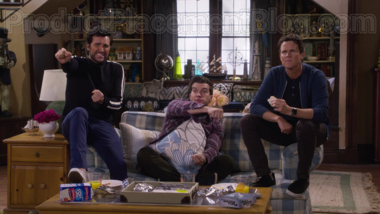 Actors Eating Pop-Tarts Toaster Pastries in Fuller House S05E13 College Tours (2020)