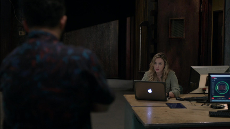 Actress Ashley Johnson as Patterson Using Apple MacBook Laptop in Blindspot S05E06 TV Show (1)