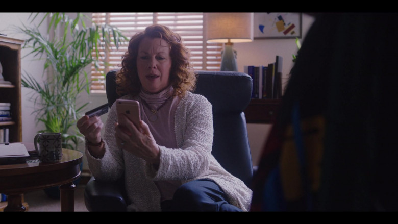 Actress Using Apple iPhone Smartphone in Love Life S01E05 (1)