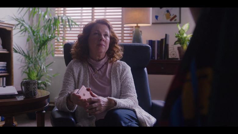 Actress Using Apple iPhone Smartphone in Love Life S01E05 (2)