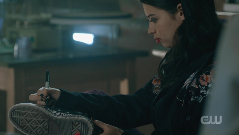Amber Midthunder as Rosa Wears Converse Sneakers in Roswell, New Mexico Season 2 Episode 12 TV Show (1)