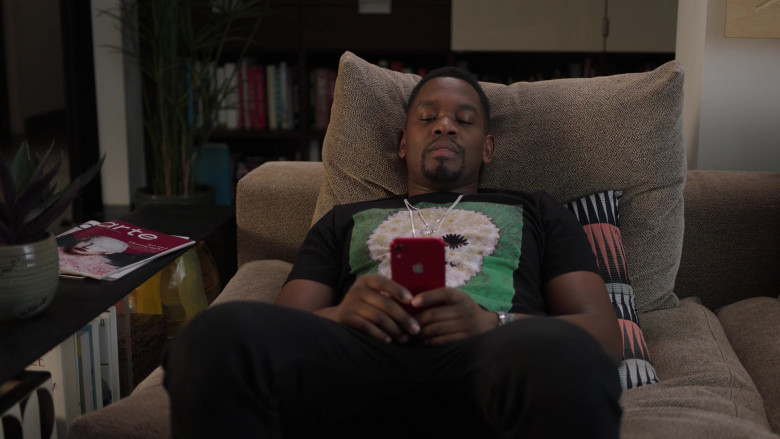 Aml Ameen as Simon Using Apple iPhone Red Smartphone in I May Destroy You S01E01 TV Show (2)