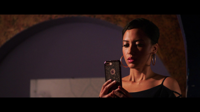 Andy Allo Using Apple iPhone Smartphone in 2 Minutes of Fame Film (1)