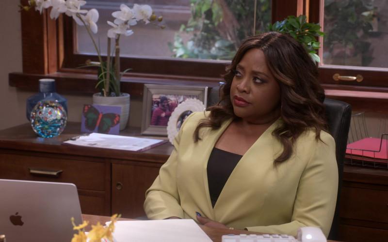 Apple MacBook Laptop Used by Sherri Shepherd as Paula Madison in Mr. Iglesias S02E04 (1)