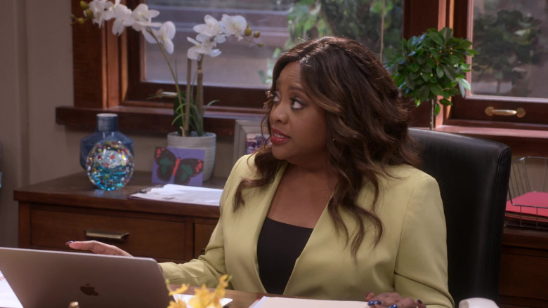 Apple MacBook Laptop Used by Sherri Shepherd as Paula Madison in Mr. Iglesias S02E04 (2)